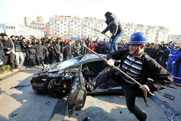 Chinês revoltado destroi Lamborghini Gallardo de 1,6Mi de reais