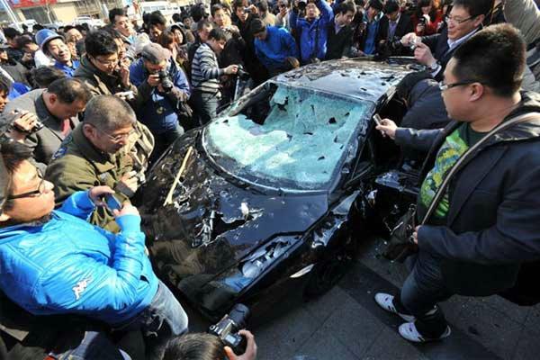 Chines Revoltado destrói lamborghini Gallardo de R$ 1,6mi