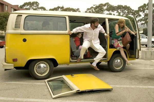 Volkaswagen Kombi carrega a família Hoover no filme Pequena Miss Sunshine